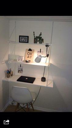 Smart skrivebordsløsning. Ekby Gällö væggavl og Ekby hylder fra Ikea