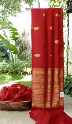 This borderless kanchivaram silk is in ruby red with gold zari bhuttas all over. the pallu has gold zari intricately woven into a beautiful pattern making this sari uniquely beautiful