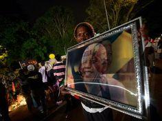 Los sudafricanos rinden tributo al su líder día y noche Foto: Mauro Pimentel  / Terra