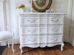 Commode arbalète Louis XV patine blanc de blanc