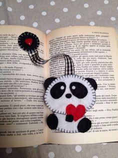 Un tenerissimo panda innamorato vi aiuterà a tenere il segno! Il segnalibro è stato relatizzato interamente a mano in feltro. Cucito con il punto festone e completato con un nastrino in tinta e un ...