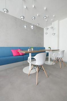 Vinylová podlaha SimpLay s dekorem betonu, realizace BOCA Praha. / SimpLay vinyl flooring with the concrete design. Concrete Design, Vinyl Flooring, Floors, Conference Room, Table, Projects, Furniture, Home Decor, Home Tiles