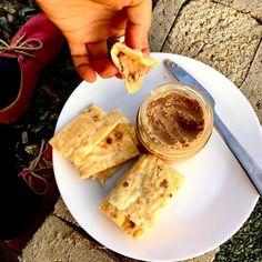 """Již brzy na blogu ... carnivore 😁 (aneb naprosto bez rostlin) placky z bílkového sněhu (holt máme s dcerkou rády žloutkový pudink) a jemně mletých škvarků se skvělou paštikou od Pandrholy . Nebudu těmhle plackám říkat pečivo nebo toasty, i když se tak použít dají. Chutnají po použitých surovinách, pokud milujete vajíčka a škvarky, doporučuju. / Carnivore flat """"bread"""" made of whipped egg whites and finely ground pork greaves with pork meat and liver pâté."""