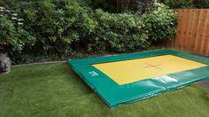 Deze trampoline heeft een speciale springmat. De lucht kan onder de trampoline uit. maakt minder geluid en springt geweldig.