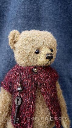 Een van een soort teddybeer Derde Wish is gebouwd in Alpaca met suedette pads. Volledig jointed met glazen ogen en een gestikte waxed neus. Ongeveer 9, 23cm hoog naar tip van oren. Gevuld met poly glasvezel en een beetje verpletterd granaat voor gewicht. Draagt een gebreide wollen/mohair vest & een ketting charmes. U hebt de optie voor de aanneming van het trio of alleen dragen. De kleine beer maakte ik enkele jaren geleden van alcantara weefsel met onyx kralen ogen, zachtjes…