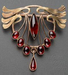 An Art Nouveau gold and Czech garnet brooch, Bohemia, around 1910. #ArtNouveau #brooch