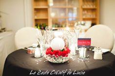 Mariage Noir à pois blanc avec une touche de rouge. Table des mariés.