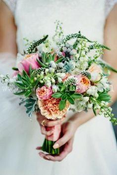 bukiet ślubny z sukulentami i łososiową różą