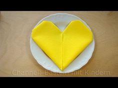 Servietten falten Herz - einfache Anleitung für Tischdeko zum Muttertag
