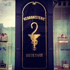 Bord van een voormalige apotheek. Gouden letters op een zwarte achtergrond werken altijd. (83/365) #parijs   Signs of a former drugstore. Lo...