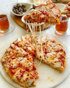 Pizza sevenler burada mı 😍❤️ 🍕 Tavada sadece 10 dakikada pişen nefis pizza tarifini mutlaka kaydedip deneyin derim. Dilerseniz tavada pizza tarifini detaylı olarak profilimdeki linki tıklayarak YouTube kanalımdan izleyebilirsiniz ☺️🍕Tarifi buraya da yazıyorum 🌷Kesinlikle altı ve üzerindeki malzemeler çok güzel pişiyor 🙋♀️ Tava  Pizza  Tarifi Malzemeler;  1  adet  yumurta 2  yemek  kaşığı  yoğurt 1  tutam  tuz Yarım  paket  kabartma  tozu 5-6 yemek  kaşığı tepeleme  un ( Az gelirse… Mini Pizzas, Cauliflower, Spicy, Cheese, Vegetables, Cooking, Healthy, Sweet, Recipes