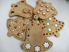 Zvonek k zavěšení Ceramics Projects, Clay Projects, Clay Ornaments, Christmas Tree Ornaments, Ceramic Pottery, Ceramic Art, Paint Colors For Living Room, Room Paint, All Craft