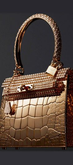Hermès Kelly sac-bijou in rose gold and 1,160 diamonds at 33.94ct! #Lady #Multi-Millionairess enjoys the luxuries in life - #Luxurydotcom