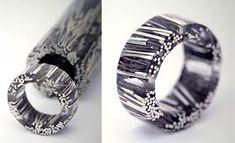 Mariana Shuk è una designer di gioielli colombiana, che usa il feltro, l'acrilico, la resina, l'oro, le pietre semipreziose e le perle