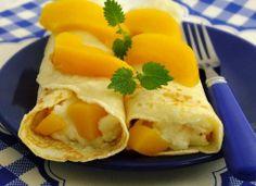 Obiadowe naleśniki z brzoskwiniami.  Kliknij w zdjęcie, aby zdobyć przepis! #obiad #przepis