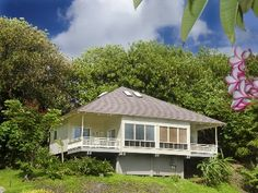 VRBO.com #435377 - Ocean and Many Beaches Are a Stroll Away from This Hawaiian Cottage.