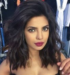 Priyanka Chopra& voluminous wavy long bob - click through for 8 more celebrity bob and lob haircuts we love Lob Haircut Thick Hair, Lob Hairstyle, Pretty Hairstyles, Lob Haircut Round Face, Bob Hairstyles How To Style, Round Face Hairstyles, Mid Length Hairstyles, Side Part Hairstyles, Long Bob Hairstyles