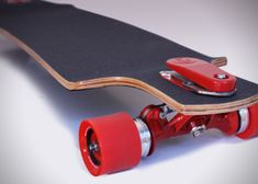 Avoid some gnarly wipe outs by riding with the longboard skateboard brakes. A foot pedal mounted at the front activates a powerful braking system designed to give the rider more control during potentially dangerous downhill runs. Skate Longboard, Longboard Trucks, Longboard Design, Skateboard Design, Skate Surf, Skateboard Decks, Skateboard Wheels, Bike Design, Skates