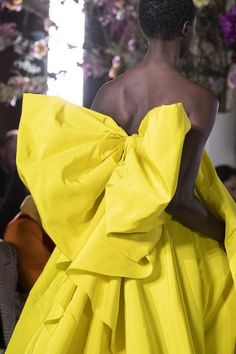 Valentino Couture Spring 2019 Fashion Show Details. Designer looks from the Spring 2019 Couture runway shows from Paris Couture Fashion Week Style Couture, Couture Details, Haute Couture Fashion, Valentino Rockstud, Valentino Couture, Carolina Herrera, Chanel Wedding Dress, Runway Fashion, Fashion Show