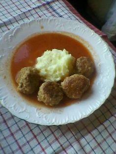Recept za Ćufte u paradajz sosu. Za spremanje ovog jela neophodno je pripremiti mlveno meso, stari hleb, so, biber, beli luk, aleva papriku, peršun, jaja, ulje, kuvani paradajz i šećer.