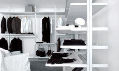 Biała szafa, półki, regał, wieszaki, minimalizm https://www.homify.pl/katalogi-inspiracji/10302/10-pomyslow-na-wyjatkowa-szafe