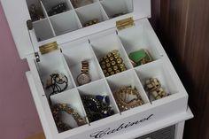 OTTHON - Tavaszi vérfrissítés a lakásnak   VISZKOK FRUZSI -  -  - #jewelry #jewelrydesign #jewelryholder #jewelrycategorisation #jewelrystorager #creativejewelryholder #creativehomedecoration #creativehomeideas #kreatívotthondekoráció #kreatívotthonötletek #kreatívtárolók #kreatívötletek #kreatívlakásdekorációk #ékszertartó #ékszertartóötletek #rendezettotthon #fehérdekoráció #ékszerdoboz #fehérékszerdoboz #vintageékszerdoboz Storage, Vintage, Jewelry, Purse Storage, Jewlery, Jewerly, Larger, Schmuck, Jewels