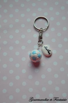 Porte-clés ballon de foot en fimo clay par Gourmandise et Fantaisie https://www.facebook.com/gourmandiseetfantaisie