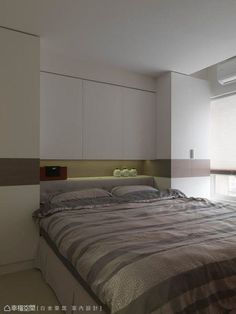 床頭的樑下空間運用作收納用途,兩側也設有衣櫃,機能十足。