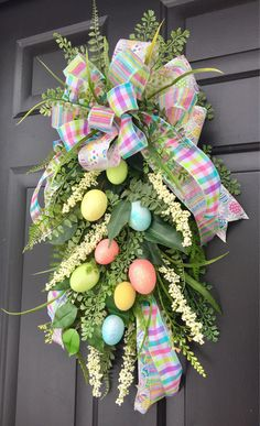 This lovely decorative swag will add style and beauty to your Spring or Easter decorations. Easter Wreaths, Christmas Wreaths, Burlap Christmas, Primitive Christmas, Country Christmas, Christmas Christmas, Diy Ostern, Diy Wreath, Door Wreaths