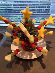 Fruitspiesjes voor het kerstdiner op school.