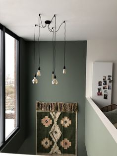 Cardroom green (Farrow & Ball) with a rug on the wall Madame Garage Living Room Green, Hallway Decorating, Farrow And Ball Living Room, Paint Colors For Living Room, Green Rooms, Reading Room Design, Bedroom Green, Card Room Green Farrow And Ball, Farrow Ball