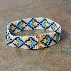 Artículos similares a Tribal Diamond Motif Beaded Bracelet, Southwestern, Native American Inspired, Boho Jewelry, Artisanal, Bohemian, Turquoise White en Etsy