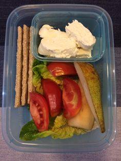 ser kozi, pomidor, listki sałaty, gruszka, pieczywo chrupkie 😋🍴🍱