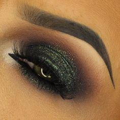 FESTIVE GREEN GLITTER SMOKEY EYE