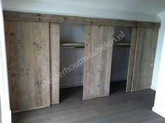 Onder het schuine gedeelte van de zolder ook schuifdeurtjes maken. maar dan met die verticale lijnen panelen.: