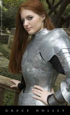 Properly shaped female armor -- no dip in the breastplate at the solar plexus- yes please! Female Armor, Female Knight, Female Form, Arm Armor, Body Armor, Medieval Armor, Medieval Fantasy, Caballero Andante, Costume Armour