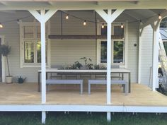 Stora bord med plats för många är oftast svåra och hitta och dyra. Vi byggde ett själva med plats för ett isfack i mitten som kan stå utomhus.