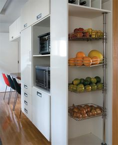 8 projetos de cozinhas primorosas - Casa Kitchen Pantry Design, Kitchen Pantry Cabinets, Kitchen Units, Home Decor Kitchen, Kitchen Interior, Home Kitchens, Kitchen Organization, Kitchen Storage, Home Decor Furniture