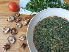 Омлет с листьями одуванчиков, помидорами и грибами