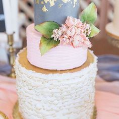 What a perfectly #glam cake with painted gold details from @siftbakehouseaz 🎂! Photo: @rianeroberts #cakeoftheday