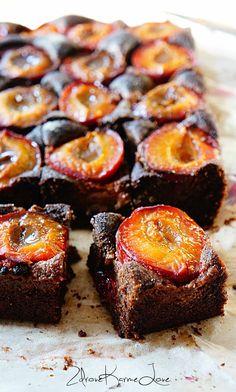 Zdrove KarmeLove: Ciasto mocno czekoladowe ze śliwkami! Bez glutenu, bez mąki, bez cukru, bez nabiału, wegańskie!! :-)