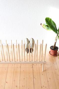 Отличная идея для хранения обуви в прихожей: полка занимает мало места, обувь на ней проветривается и сушится