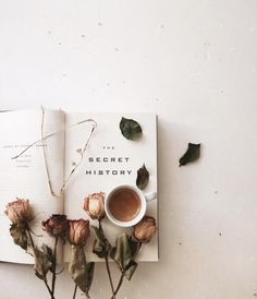 New the secret history aesthetic life 64 ideas Brown Aesthetic, Aesthetic Photo, Aesthetic Pictures, Flat Lay Photography, Book Photography, Flatlay Instagram, Fall Inspiration, Garden Inspiration, Foto Blog