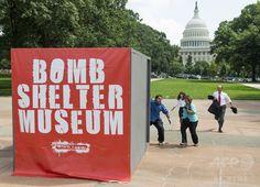 米首都ワシントン(Washington, DC)にある連邦議会前の広場で展示されたマルチメディアアート作品「Bomb Shelter Museum」。イスラム原理主義組織ハマス(Hamas)によるロケット弾攻撃を想定した演習が作品の一部として行われた(2014年7月22日撮影)。(c)AFP/Saul LOEB ▼23Jul2014AFP|「ガザからの攻撃」防ぐシェルター、米首都でアート作品展示 http://www.afpbb.com/articles/-/3021235 #Bomb_Shelter_Museum