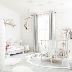 Une #chambre d'enfant immaculée. #blanc #bébé #déco #décoration http://www.m-habitat.fr/par-pieces/chambre/quelle-couleur-choisir-pour-une-chambre-de-bebe-3256_A