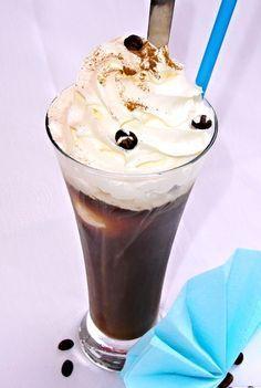 Dopředu uvařená a pak dobře vychlazená káva servírovaná se zmrzlinou, ozdobená šlehačkou. Latte, Pudding, Ice Cream, Smoothie, My Favorite Things, Drinks, Pandora, Food, Alcohol