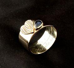 Gouden damesring met Saffier en hart met houtnerf. Vervaardigd van 2x trouwringen. www.goudsmidmargriet.com