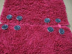 Riciclo capsule di caffè -ho unito due tappeti per il bagno perchè ne volevo uno grande - come bottoni ho cucito le casule Nespresso marroni- Per cucire le capsule è meglio usare il filo di nylon da pesca perchè quello da cucito si spezza troppo facilmente.