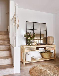 Belle entrée à la déco rustique avec console en bois et grand miroir verrière