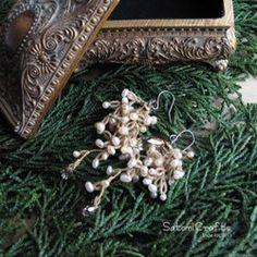 """タティングレース編みの中に小さな淡水パールを編み込んだピアスです。枝や葉に着いた雪をイメージして作ったこの""""Snow Flowerシリーズ""""は、とても人気があり、今回もう少し短いサイズのものを。。。というお声を参考に2014年版として作りました。片耳に少し大きめのSwarovskiビーズが付いていて、それとともにしずく型のSwarovskiのビーズが花の先端とライトブラウンのラインの先端に1つついています。色々の場面で、光にあたりキラリとさりげなく雫のように輝きます。フォーマルにもカジュアルにもとても品良く似合うピアスです。イヤリングへの変更も可能です。【素材】   綿レース糸(ライトブラウン), Swarovskiビーズ, チタンピアス,淡水パール(シャンパンゴールド)   【全長】   約5.5−6cm 【お取り扱い上のご注意】*この商品は,細いコットン糸で編んだものです。天然の素材ですので、多少伸び縮みがあります。又、過度な力(強い摩擦や、引っかけなど)により、切れてしまう場合があります。お取扱いにご注意してください。*サ�%8"""
